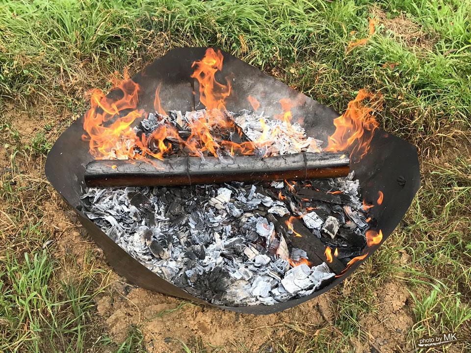 無煙炭化器を使った炭焼きの様子