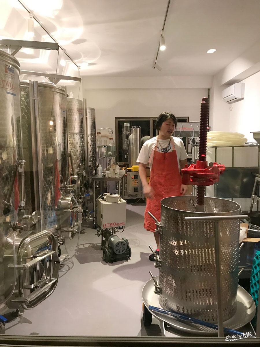 横濱ワイナリーの醸造設備を紹介してくれる、あひるシェフ。